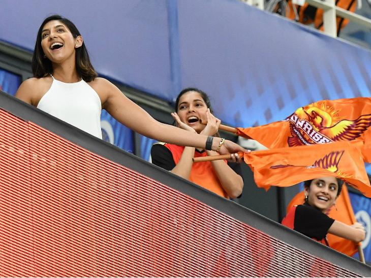 दिल्ली के खिलाफ हैदराबाद की बड़ी जीत के बाद फैंस के चेहरों पर खुशी साफ नजर आई।