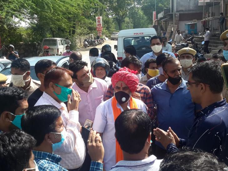 मंगलवार को ग्रामीणों के विरोध पर मौके पर पहुंचे थे अधिकारी।