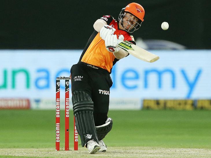 हैदराबाद के कप्तान डेविड वॉर्नर ने शुरुआत से ही आक्रामक शॉट्स लगाए। उन्होंने 34 बॉल पर 66 रन की पारी खेली। इस दौरान उन्होंने 8 चौके और 2 छक्के लगाए।