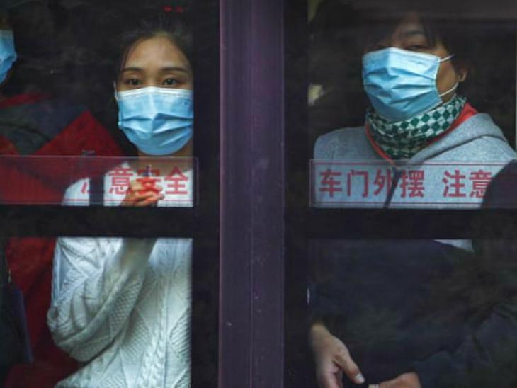 फोटो बुधवार की है। बीजिंग की एक मेट्रो ट्रेन में मास्क लगाए हुए लोग। चीन सरकार ने संकेत दिए हैं कि देश में संक्रमण की दूसरी लहर शुरू हो रही है। लिहाजा, एक बार फिर प्रतिबंध लगाए जा सकते हैं।