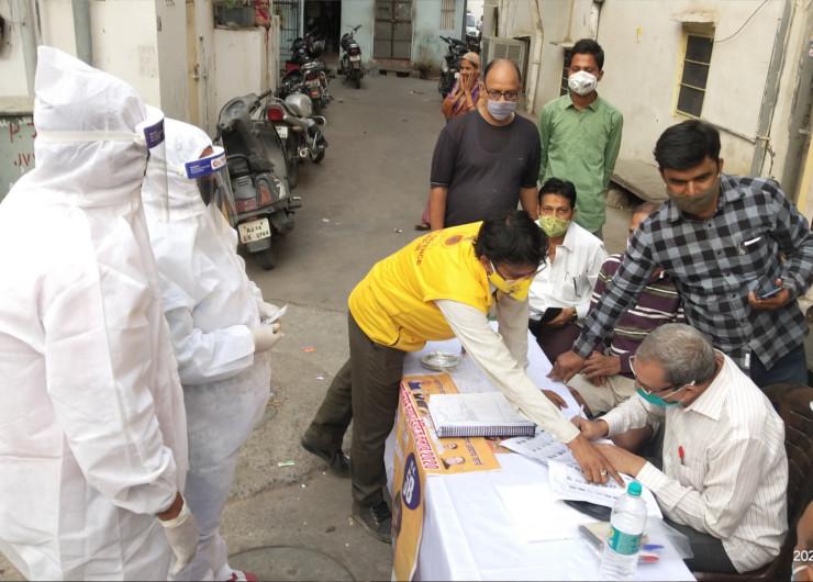 जयपुर हेरिटेज में ही पुरानी बस्ती में कोरोना से संक्रमित एक दंपती ने वोट डाला। शाम करीब 5 बजे वे दोनों पीपीई किट पहनकर पर्ची बनाने पहुंचे। जहां बूथ पर मौजूद लोगों ने उनकी मदद की।