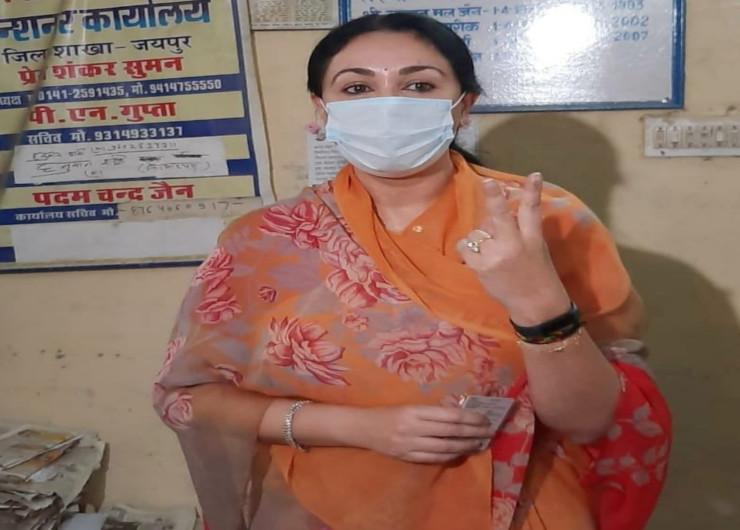 नगर निगम चुनावों के पहले चरण में जयपुर हेरिटेज में सबसे कम 57.85 प्रतिशत मतदान हुआ। यहां भाजपा सांसद दीया कुमारी ने परकोटे में जनानी ड्योढी स्थित एक पोलिंग बूथ में वोट डाला।