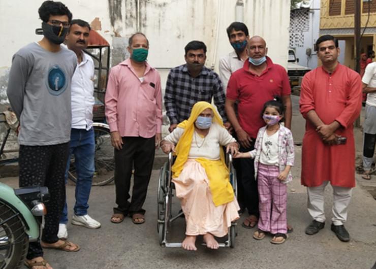 जयपुर हेरिटेज में वार्ड नंबर 58, पुरानी बस्ती में बूथ नंबर 492 में 101 वर्षीय लक्ष्मी देवी ने वोट डाला। उनके पौते व रिश्तेदार व्हील चेयर पर बैठाकर पोलिंग बूथ तक ले गए।