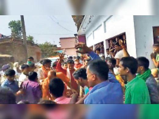 आरसीपी की सभा में पत्थरबाजी, 6 कार्यकर्ता घायल, मुंगेर एसपी लिपि सिंह पर एफआईआर की मांग बेगूसराय,Begusarai - Dainik Bhaskar