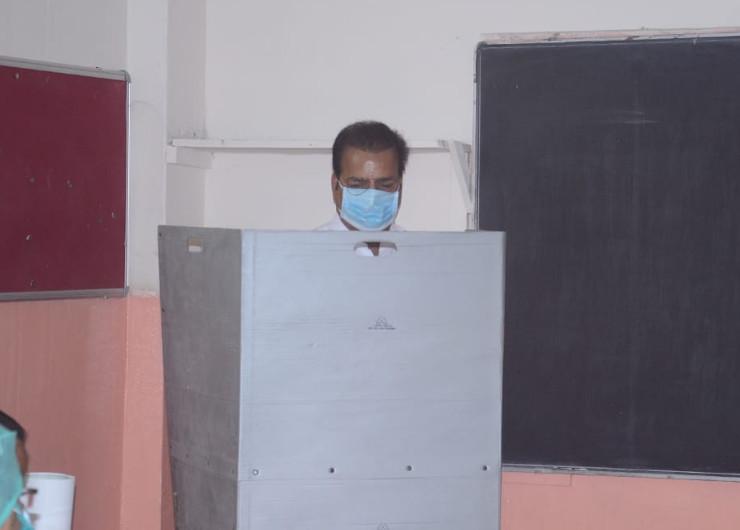परिवहन मंत्री प्रताप सिंह खाचरियावास ने सिविल लाइंस में वोट डाला