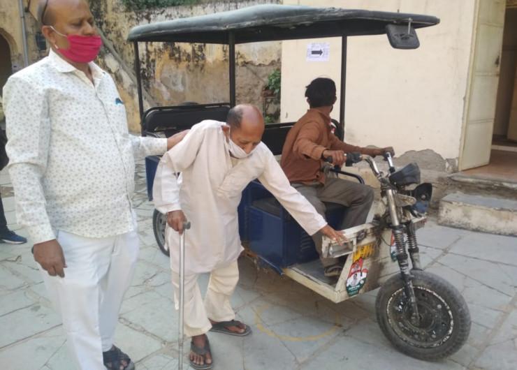 पैदल, ई—रिक्शा व अपने निजी वाहनों से वोटिंग बूथों पर पहुंचे मतदाताओं का उत्साह ही अलग देखने को मिला