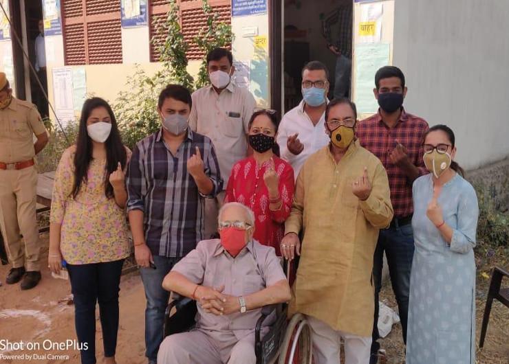 भाजपा सरकार में पूर्व मंत्री रहे डॉ. अरुण चतुर्वेदी ने अपने परिवार के साथ जवाहर नगर में अपने पोलिंग बूथ पर वोट डाला।