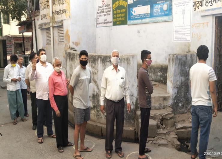 नगर निगम जयपुर हैरिटेज के लिए सुबह 7:30 बजे से मतदान शुरु हुआ। यहां कई पोलिंग बूथ पर सुबह से ही लाइनें लगना शुरु हो गई। मतदाताओं में वोटिंग का क्रेज नजर आया। सोशल डिस्टेंसिंग की पालना भी नजर आई। यहां बूथ के बाहर गोले बनाए गए है।