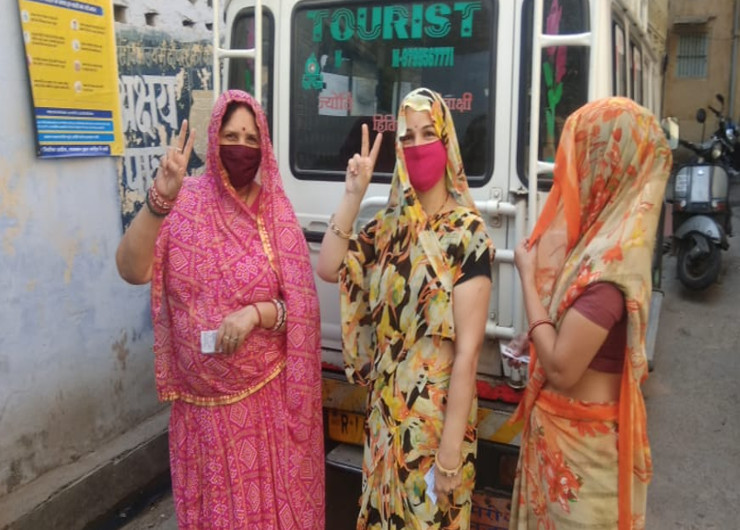 जयपुर हेरिटेज के चुनावों में महिलाओं में भी वोटिंग के लिए उत्साह देखने को मिला। वे भी मतदान शुरु होते ही पोलिंग बूथ पर पहुंच गई। यहां हाथ सेनेटाइज करवाए गए।