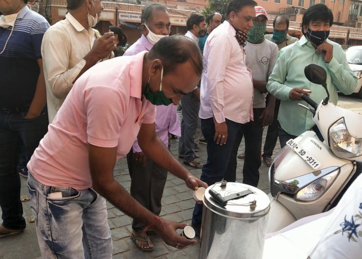 मतदाताओं के बनाए बूथ पर पर्चियां बनाने के दौरान चाय नाश्ते के दौर भी चलते रहे।