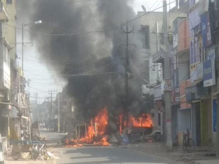 एसपी ऑफिस के बार कुछ वाहनों में भीड़ ने आग लगा दी।