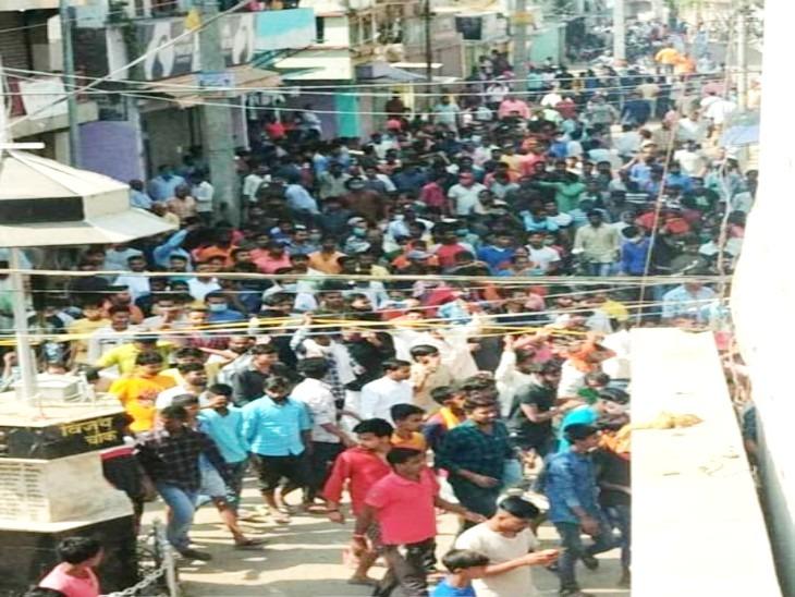 गुरुवार सुबह एसपी आफिस के पास करीब 25-30 हजार लोग जमा हो गए।
