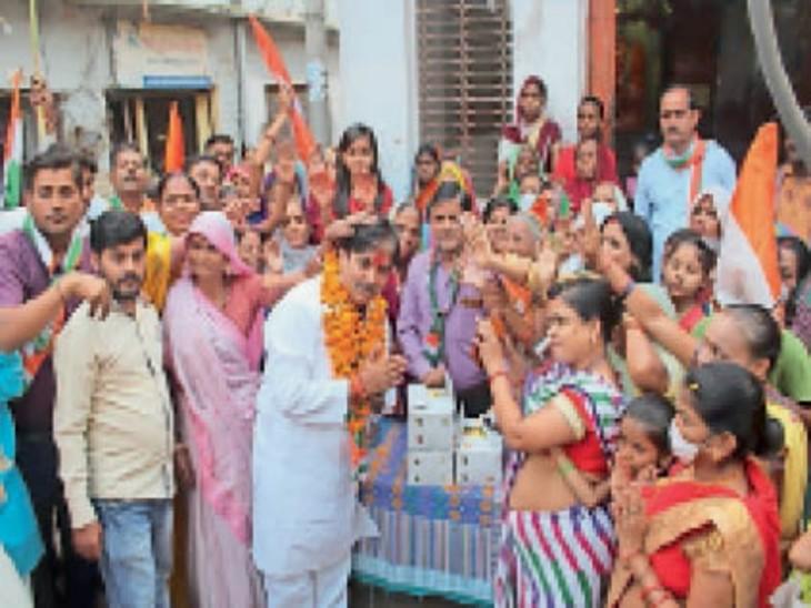 कांग्रेस प्रत्याशी सुनील शर्मा जनसंपर्क करते हुए