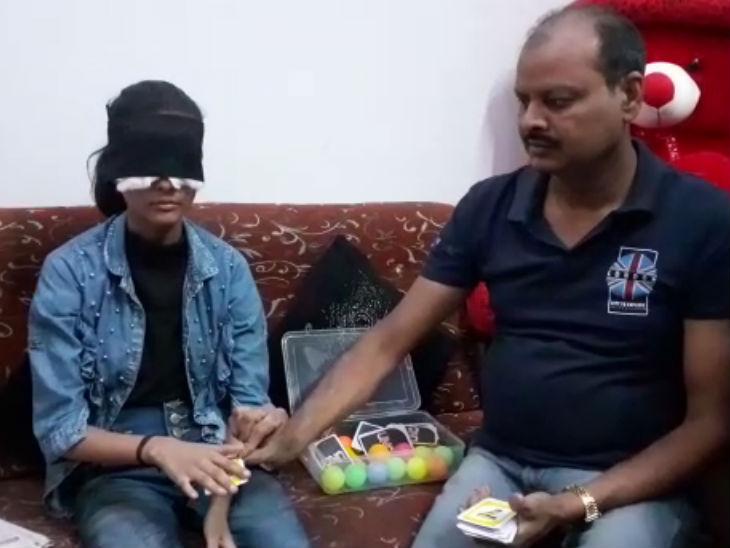 शाहजहांपुर की बेटी जो दोनों आंखों पर पट्टी बांधकर फर्राटे से पढ़ती है किताब-अखबार, छूकर पहचान लेती है रंग|उत्तरप्रदेश,Uttar Pradesh - Dainik Bhaskar
