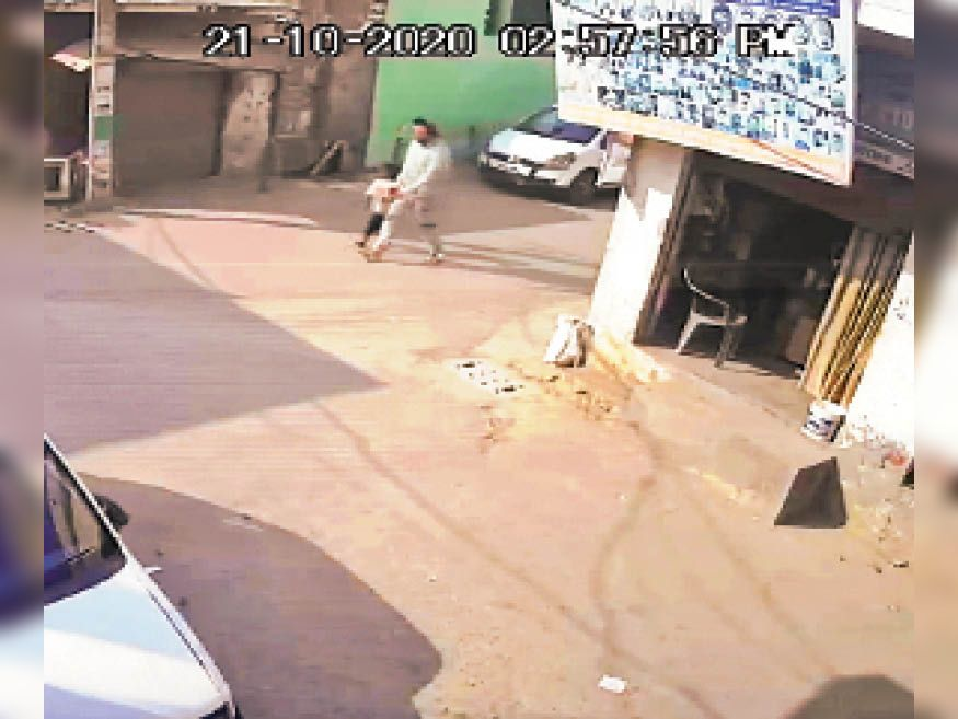 सीसीटीवी फुटेज में आरोपी बच्ची को ले जाते हुए साफ दिख रहा है।