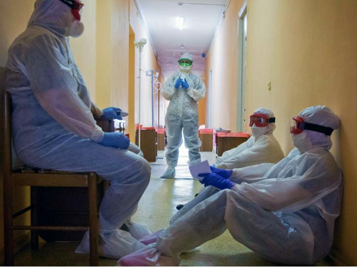 मॉस्को के एक हॉस्पिटल में वॉर्ड में जाने से पहले आराम करते हेल्थ वर्कर। यूरोपीय देशों की तरह रूस में भी संक्रमण की दूसरी लहर खतरनाक साबित हो रही है। गुरुवार को यहां 18 हजार मामले सामने आए। इसी दौरान 366 संक्रमितों की मौत हो गई।