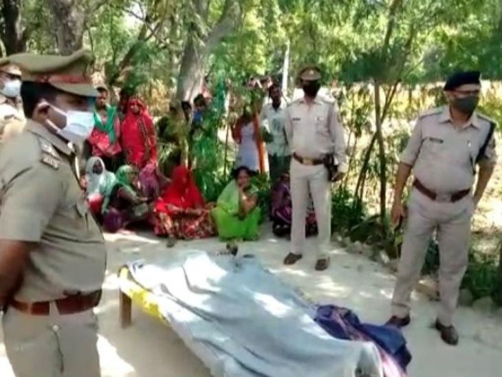 हत्या के बाद गांव में तनाव है और पुलिस बल तैनात कर दिया गया है।
