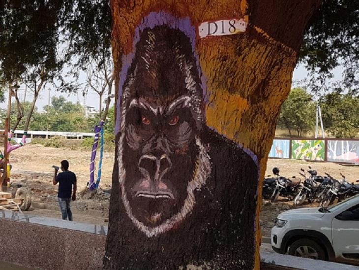 पेड़ों को भी सजाया गया है, कहीं इनपर गुरिल्ला है तो हीं मोर। फोटो बूढ़ातालाब की।
