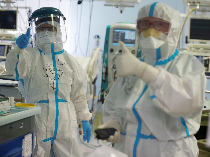 इटली की राजधानी रोम के एक हॉस्पिटल में प्रोटेक्टिव सूट पहने डॉक्टर्स। यहां संक्रमितों की संख्या 6 लाख से ज्यादा हो गई है। - Dainik Bhaskar
