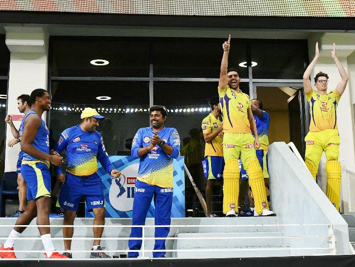 டக்அவுட் சென்னை சூப்பர் கிங்ஸ் வீரர்கள் போட்டியில் வெற்றி பெற்ற பிறகு மகிழ்ச்சியுடன் குதித்தனர்.