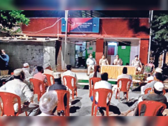 आजादनगर थाना में बैठक करते सिटी एसपी
