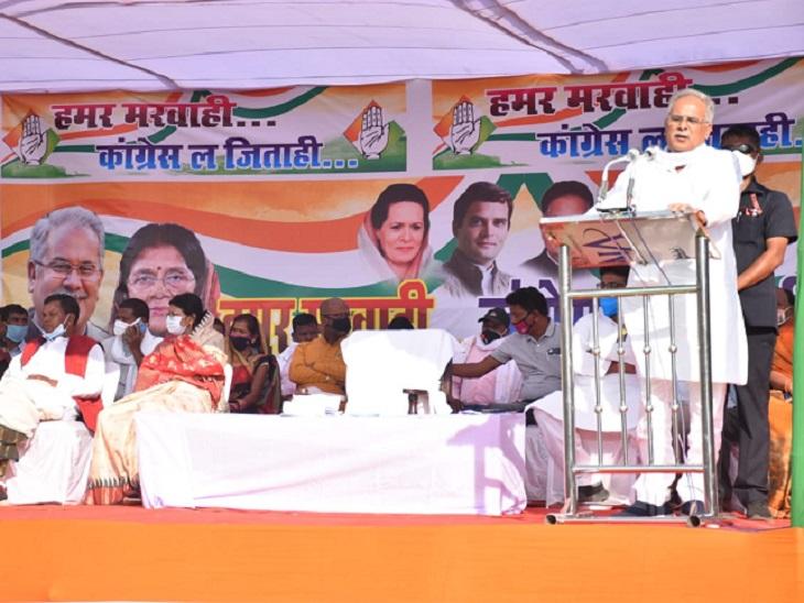 मुख्यमंत्री बघेल ने फिर भाजपा और रमन सिंह पर हमला बोला। कहा, 15 साल मरवाही की उपेक्षा करने वाले रमन सिंह आज उसकी गली-गली घूम रहे हैं।