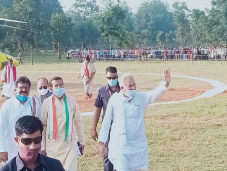 बस्ती बगरा से हेलीकाप्टर द्वारा मुख्यमंत्री भूपेश बघेल, प्रदेश अध्यक्ष मोहन मरकाम, उपाध्यक्ष अटल श्रीवास्तव को साथ लेकर दानीकुण्डी के लिए रवाना हो गए।