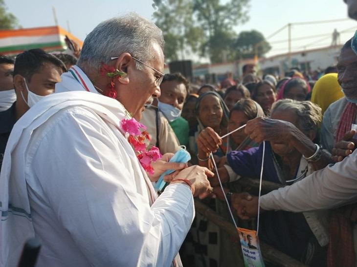 गौरेला ब्लॉक के बस्ती बगरा में मरवाही उपचुनाव को लेकर जनसभा करने पहुंचे मुख्यमंत्री भूपेश बघेल स्थानीय लोगों से भी मिले। इस दौरान बुजुर्ग महिला उनकी ओर बढ़ी तो मुख्यमंत्री ने गले में लटके कार्ड के बारे में पूछा। इस पर महिला ने उतार कर उनकी ओर बढ़ाते हुए खुद को कांग्रेस का कार्यकर्ता बताया। - Dainik Bhaskar