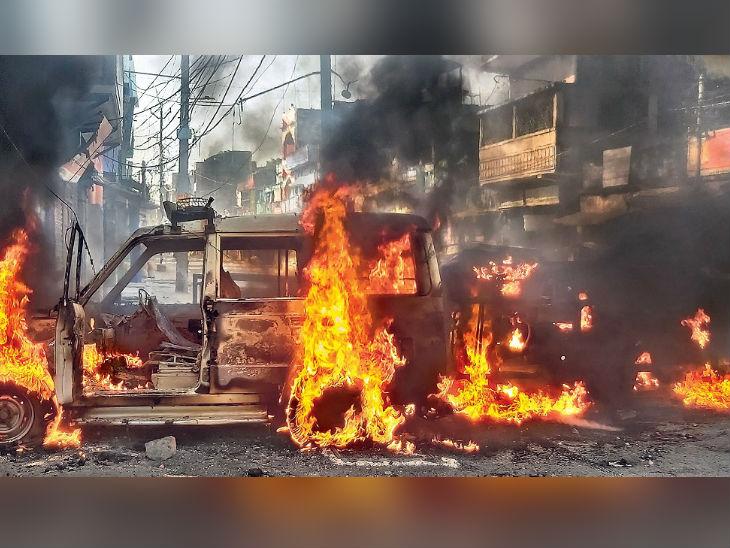 तस्वीर पूरब सहाय ओपी थाने की है। विसर्जन के दौरान पुलिस फायरिंग में मारे गए युवक की मौत के बाद लोगों ने प्रदर्शन किया। थाने पर पथराव किया और बाहर खड़ी गाड़ियों को फूंक दिया। शहरभर में एक दर्जन वाहन फूंके गए। - Dainik Bhaskar