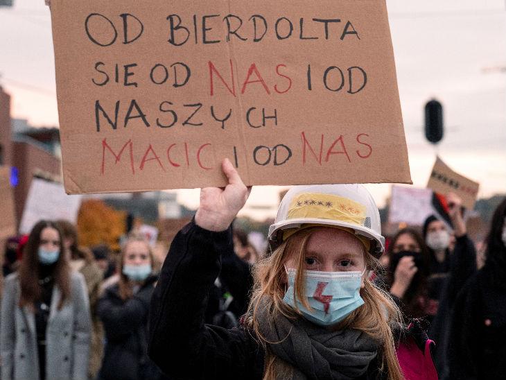 पोलैंड में कोरोनावायरस महामारी बढ़ती जा रही है। देश में लगे टोटल बैन के खिलाफ लोग प्रदर्शन कर रहे हैं।