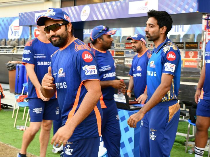 मैच के दौरान रोहित शर्मा। चोट की वजह से वे पिछले 4 मैचों से टीम का हिस्सा नहीं हैं।