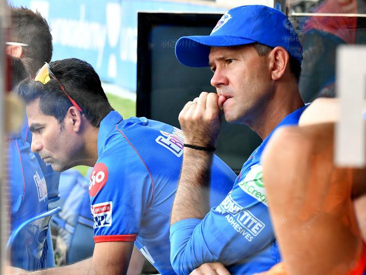 लगातार 4 हार के बाद दिल्ली का कोचिंग स्टाफ परेशान नजर आया।