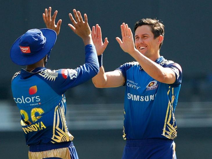 मुंबई के ट्रेंट बोल्ट ने 4 ओवर में 21 रन देकर 3 विकेट लिए। सीजन में पावर-प्ले में सबसे ज्यादा विकेट बोल्ट के ही नाम हैं।