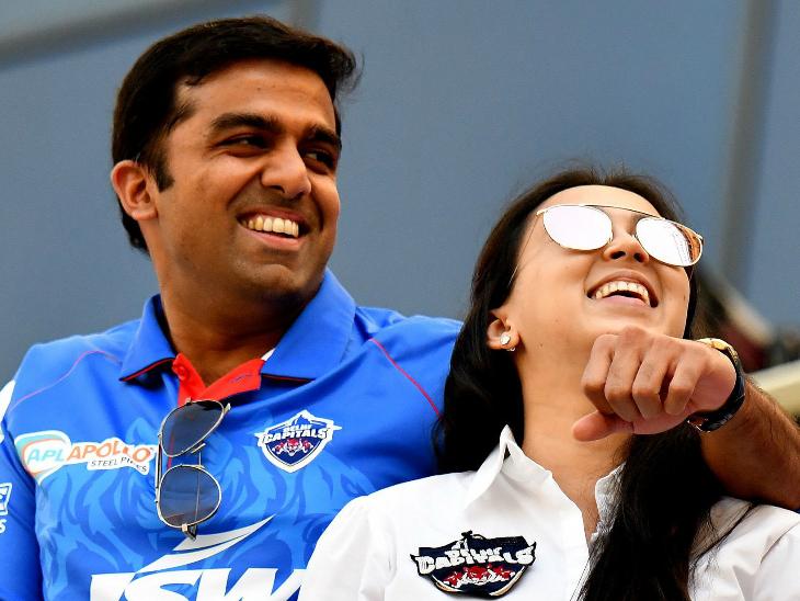 मैच के दौरान दिल्ली कैपिटल्स के ओनर पार्थ जिंदल और उनकी पत्नी अनुश्री।