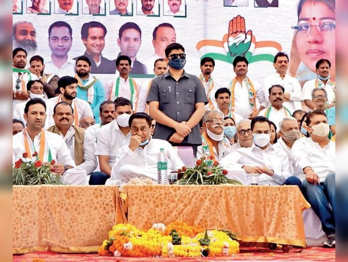 सभा के दौरान कांग्रेस प्रत्याशी आशा दोहरे ने मंच से प्रणाम कर जनता से समर्थन मांगा।