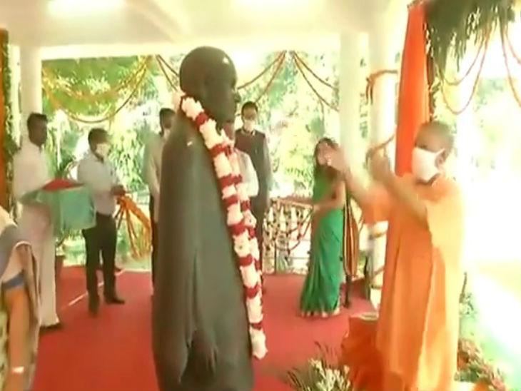 लौह पुरुष सरदार बल्लभभाई पटेल की जयंती के मौके पर योगी ने राजभवन में उन्हें श्रद्धसुमन अपर्ति किया। - Dainik Bhaskar