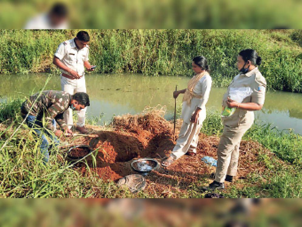 नदी किनारे की जमीन के नीचे रखे टंकियों में छिपाया जाता है जावा महुआ