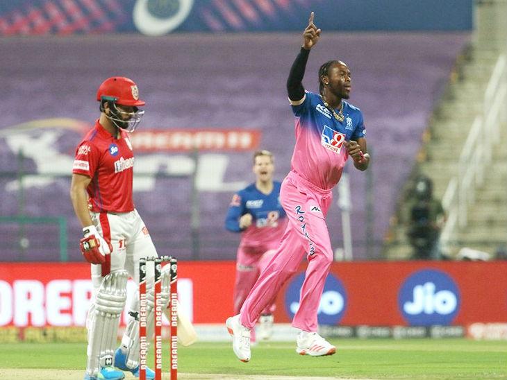 तेज गेंदबाज जोफ्रा आर्चर सबसे सफल गेंदबाज रहे। उन्होंने 4 ओवर में 26 रन देकर 2 विकेट लिए।