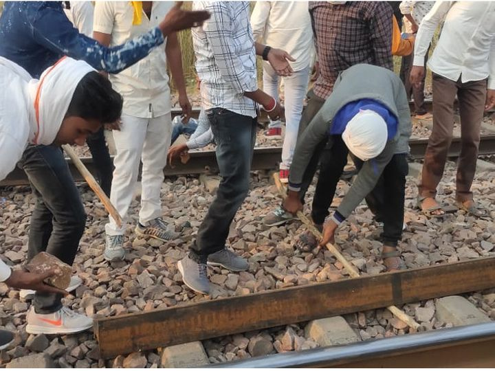 A large number of Gurjar agitators gathered on the railway track at Pilupura. They uprooted the railway track.