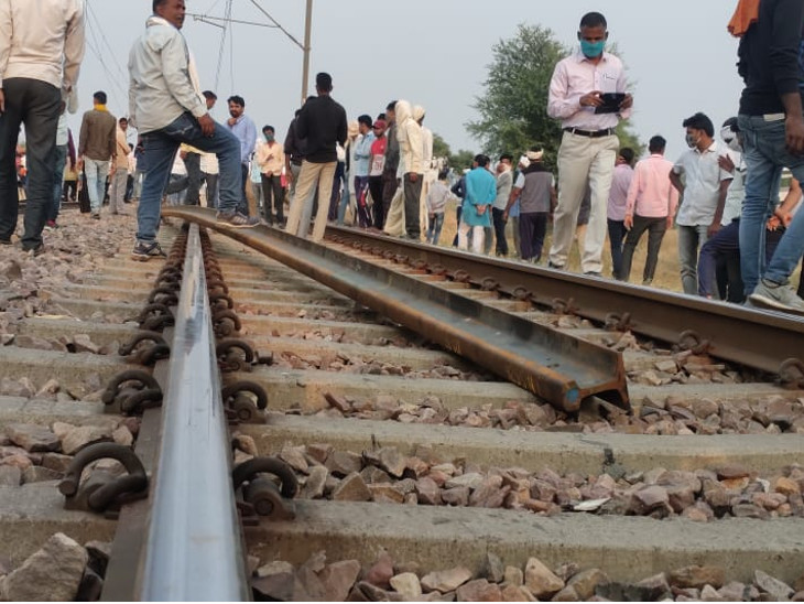 150 RPF personnel have been deployed to protect the railway track. However, earlier the agitators uprooted the tracks.