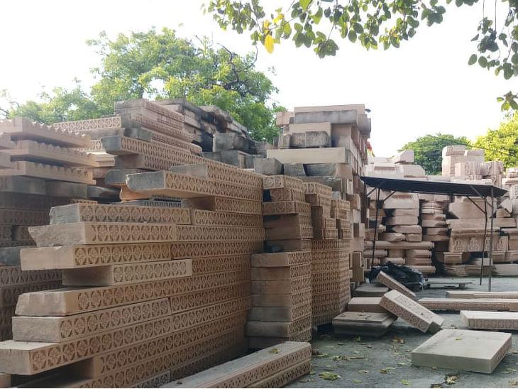 कार्यशाला में मंदिर निर्माण के लिए रखे तराशे गए पत्थर।
