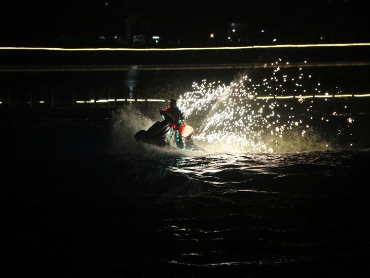 जेट स्की विथ फायर : देश के स्मुद्री तटों पर जेट स्की वॉटर स्पोर्ट की सबसे पसंदीदा सवारी होती है जो अब रायपुर के बूढ़ातालाब में भी उपलब्ध है।