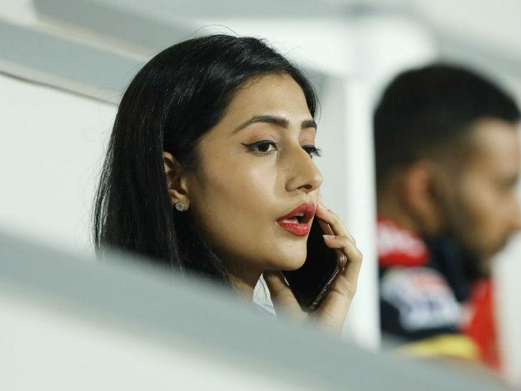 बेंगलुरु के स्पिनर युजवेंद्र चहल की मंंगेतर धनश्री भी मैच देखने के लिए पहुंची थीं।