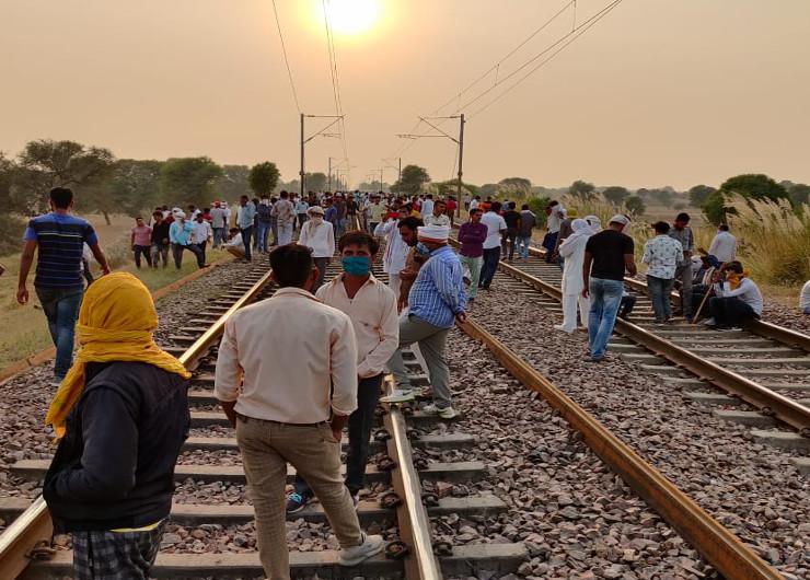 राजस्थान में आरक्षण की मांग को लेकर रविवार शाम को गुर्जर आंदोलन ने उग्र रुप ले लिया। - Dainik Bhaskar