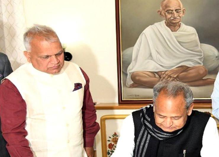 10 सीनियर अफसरों को पीछे छाेड़कर मुख्य सचिव बने आईएएस निरंजन आर्य, कांग्रेस के टिकट पर विधायक का चुनाव लड़ चुकी हैं पत्नी राजस्थान,Rajasthan - Dainik Bhaskar