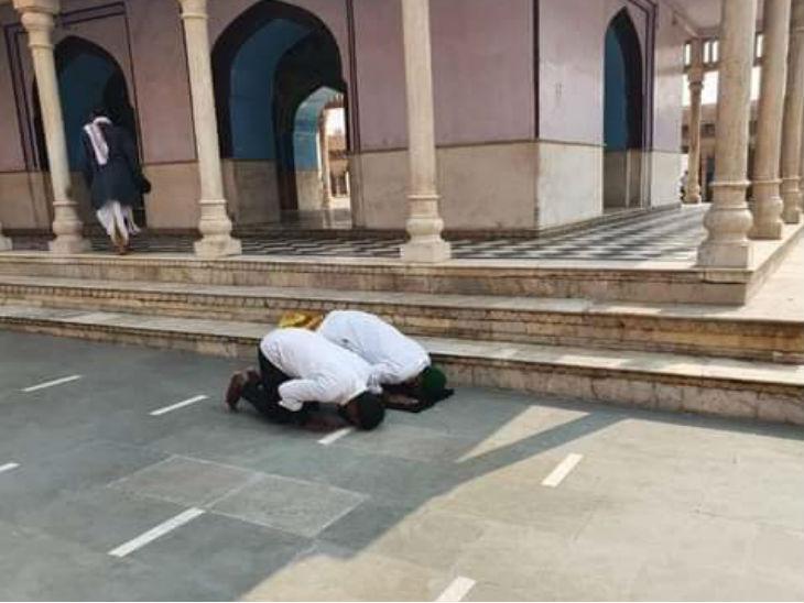 नंदगांव के नंदबाबा मंदिर में नमाज पढ़ते फैजल खान व मोहम्मद चांद।