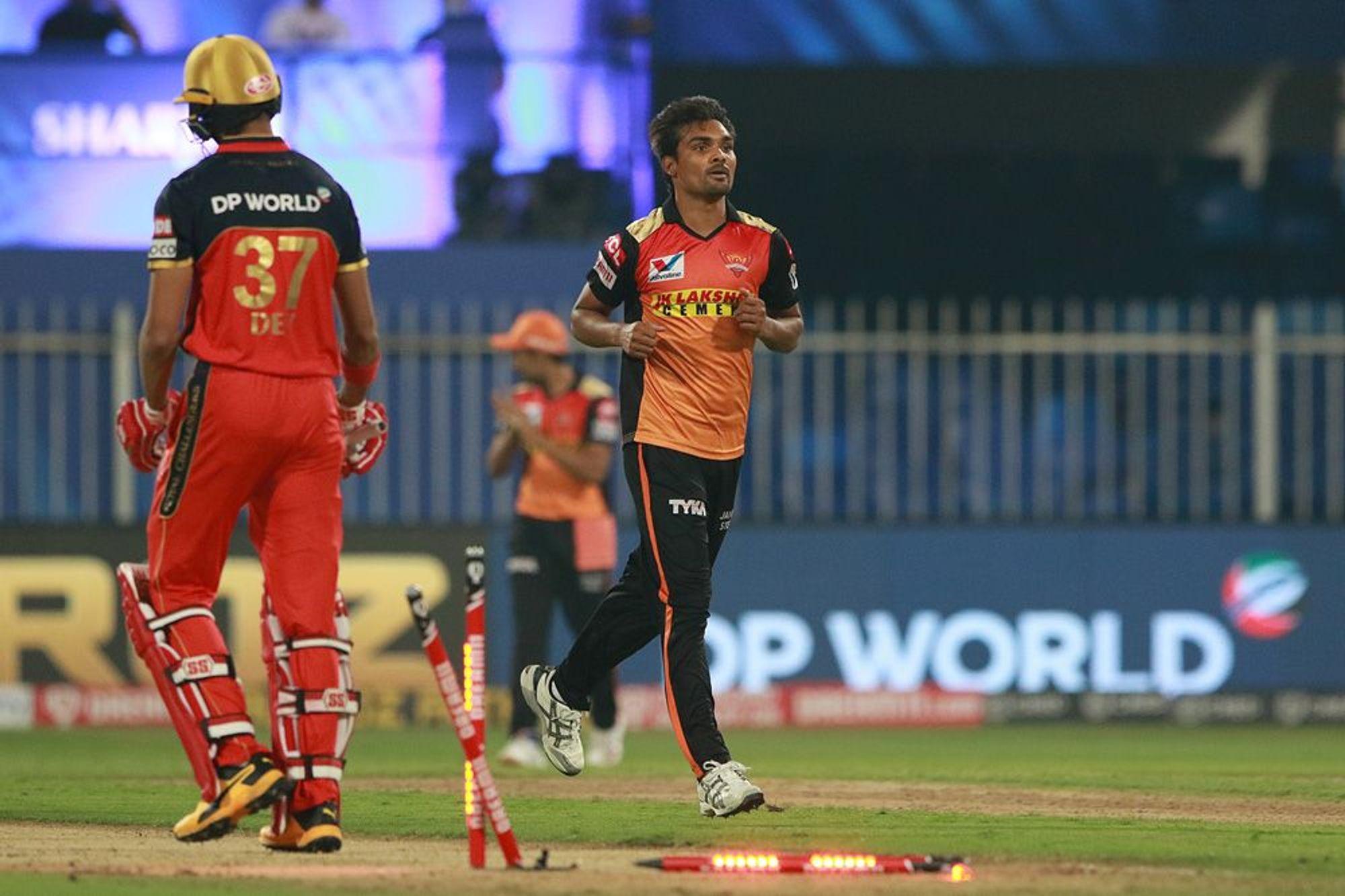 हैदराबाद के तेज गेंदबाज संदीप शर्मा ने देवदत्त पडिक्कल को बोल्ड किया। उन्होंने 20 रन देकर 2 विकेट लिए।