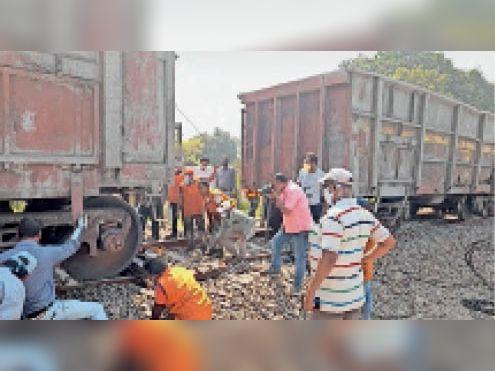 अंडर ब्रिज के बॉक्स पुशिंग में काम के दौरान अलाइनमेंट बिगड़ा, मालगाड़ी पटरी से उतरी|भिलाई,Bhilai - Dainik Bhaskar