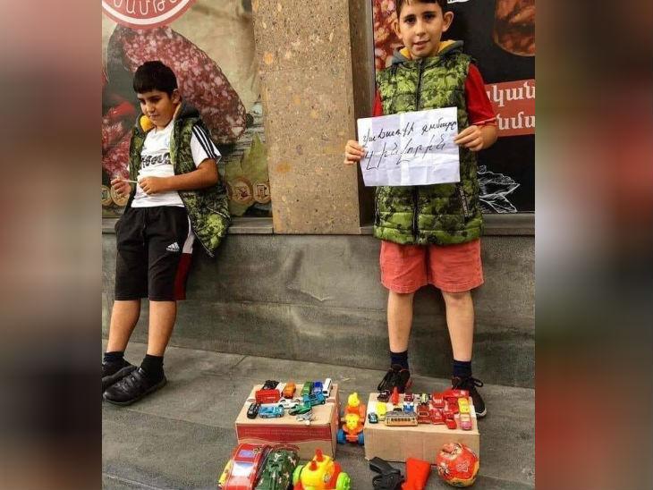 यहां के बच्चे अपने खिलौने बेचकर युद्ध में सैनिकों की मदद के लिए पैसे जुटा रहे हैं।