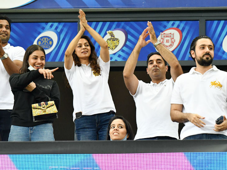 KKR की को-ओनर जूही चावला मैच देखने पहुंची। टीम की जीत से खुश नजर आईं।